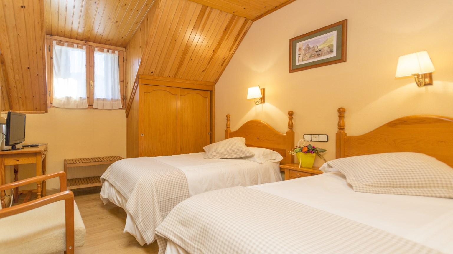 Hostal casa rosita habitaciones for Habitaciones con dos camas